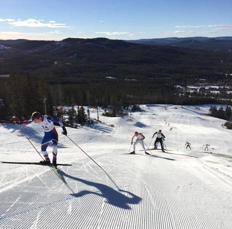 Bålsta SK:s Martin Mickels och några åkare till på väg upp mot toppen av Gopshusbacken.