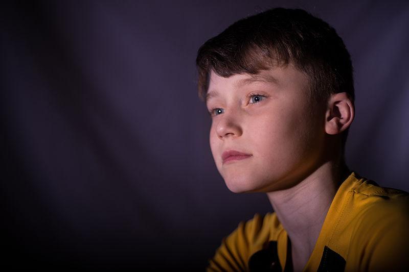 bilde av ettertenksom ung gutt