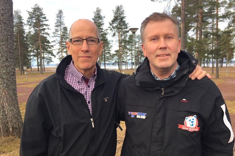 Orsa SK:s ordförande Hans Stjernqvist och klubbens starke man Bror Nilsson gläds åt att en rullskidbana/multiskidbana nu blir verklighet i Grönklitt. FOTO: Johan Trygg/Längd.se.