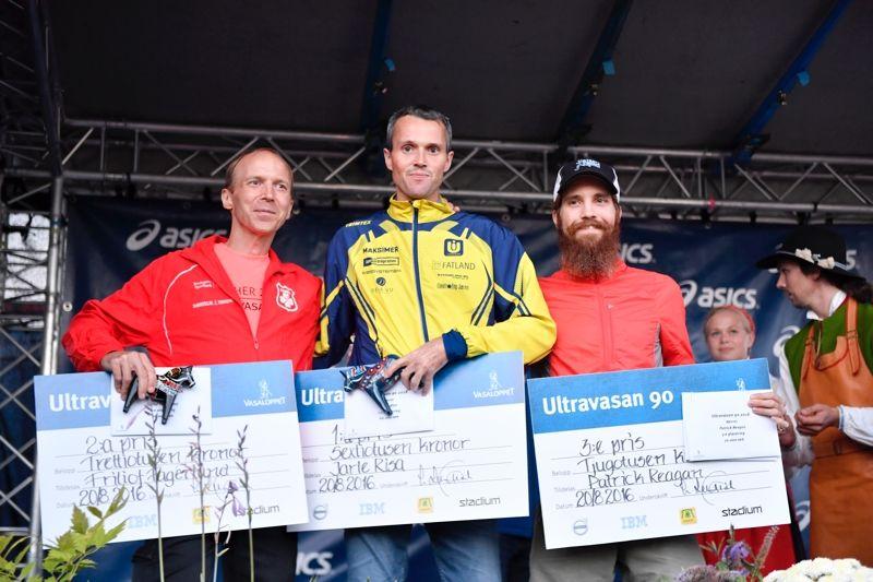 Topp tre på Ultravasan 90 2016. Från vänster tvåan Fritjof Fagerlund, Rånäs 4H, ettan Jarle Risa, Norge och trean Pat Reagan, USA. FOTO: Vasaloppet.