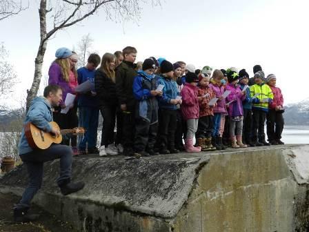 Røsvik skole framførte sang i kystfortet