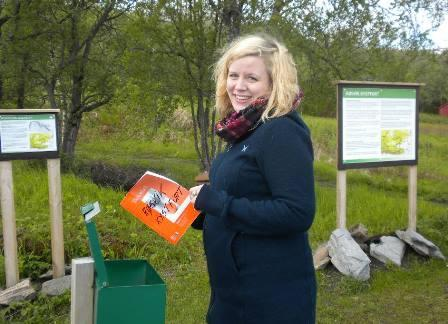 Ida Beate Otterlei med kystfortets gjestebok