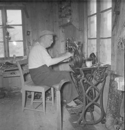 Kristoffer Larsen i skomakerverkstedet sitt i 1958