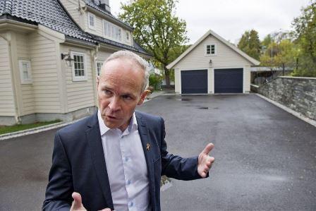 Kommunalminster Jan Tore Sanner viser fram garasje uten søknadsplikt