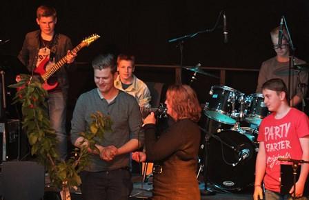 Avtroppende gitarlærer Ørjan Kines får et tre i gave av kulturskoleleder Ragnhild Hansen og kollegene