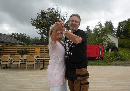 Laila Furre og Ingvald Sørjord danser på plattingen