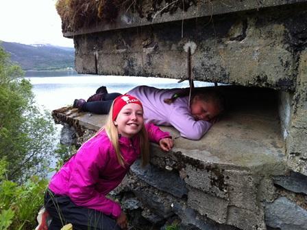 Mathilde og Solveig i Røsvik kystfort