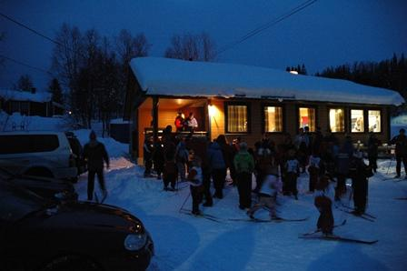 Mørk vinterkveld ved skistadion på Seljeåsen