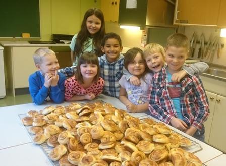 Unge bakere er klare med kanelsnurrene