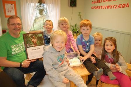 Ordfører Lars Evjenth og barn i Straumen barnehage