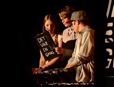 Barnevakten leser for Hans og Grete