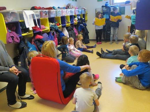 4. klasse leste for barna  barnehagen