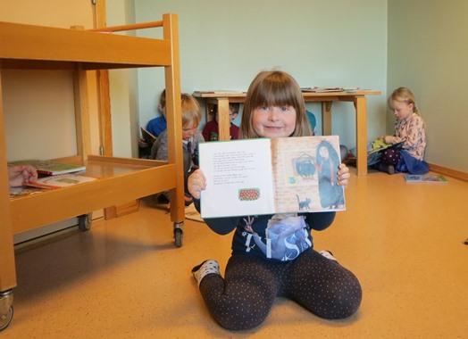 Barna koser seg med bøker