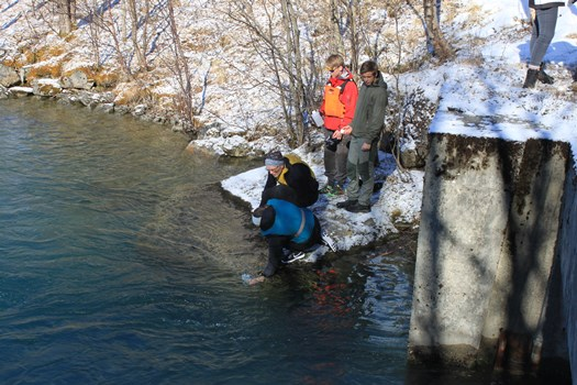 Elevene tar vannprøver