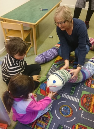barna hilser på ormen