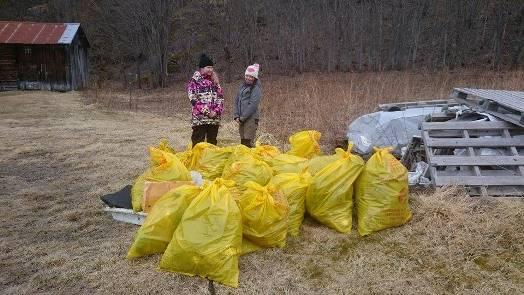 Mange sekker ble fylt med søppel