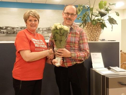 Turid Willumstad overrekker blomster til Ole Johan Larsen