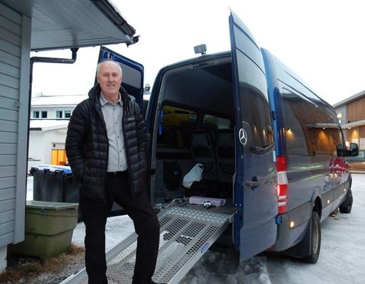 Kommunens aktivitetsbuss med sjåfør Harald Henriksen