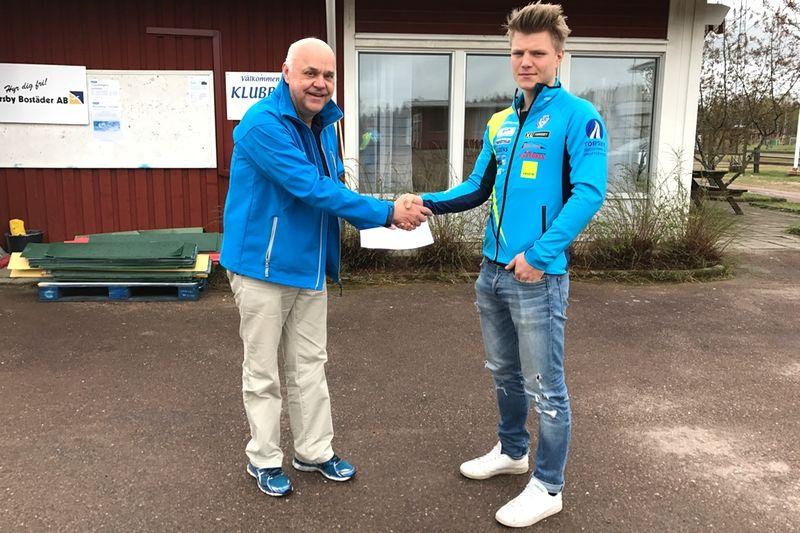 SK Bores ordförande Hans Carlsson hälsar Gabriel Thorn välkommen till den hårdsatsande värmlandsklubben. FOTO: SK Bore.