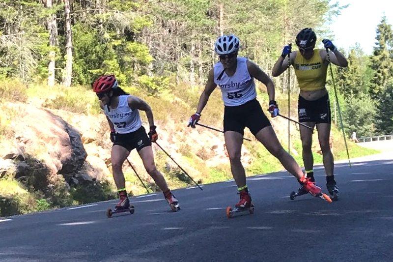Helene Söderlund, Sandra Olsson och Linn Sömskar på väg mot mål i Torsbyrullens masstart i fri stil. Linn drog det längsta strået och vann 2,1 sekunder före Sandra och Helene. FOTO: Wilma Björn.