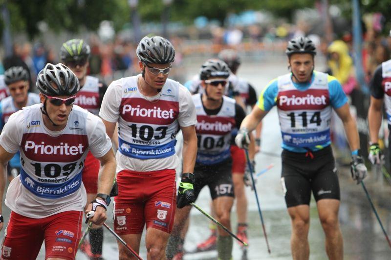 Borås SK-duon Gustav Nordström och Karl-Johan Westberg, längst fram i klungan under SM på rullskidor i Norrköping. I morgon tävlar de på hemmaplan i Borås. FOTO: erikwickstrom.se.