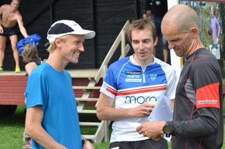 VM-klara maratonlöparen David Nilsson i samspråk med tvåan Simon Hodler och trean Erik Anfält. FOTO: Johan Trygg/Längd.se.