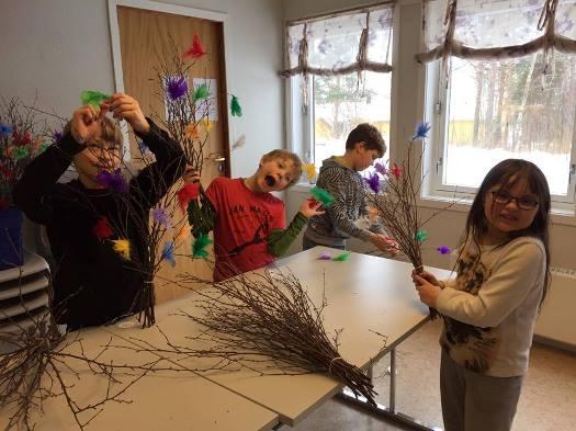 Elevene ved Nordsia oppvekstsenter lager fastelavnsris