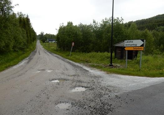 Kryss ved Lakselvaanen og vei over Seljeåsen