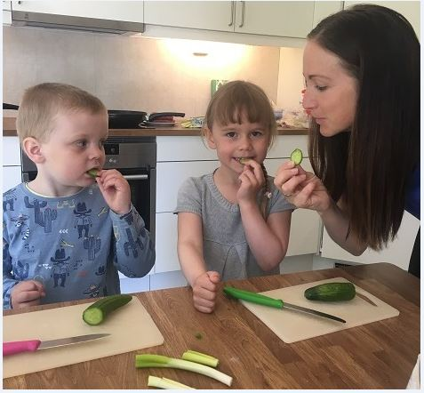 Barn og styrer på nytt kjøkken