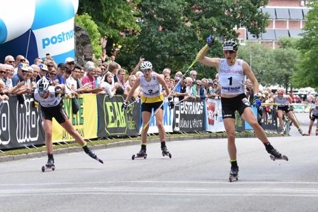 Linn Sömskar jublar på mållinjen när hon tar guldet före Maja Dahlqvist och Maria Nordström. FOTO: Rolf Zetterberg.
