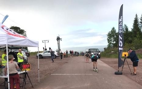 Team Tynells nyförvärv Jens Eriksson korsar mållinjen strax före Andreas Svensson, Ulricehamns IF. FOTO: Marcus Laggar.
