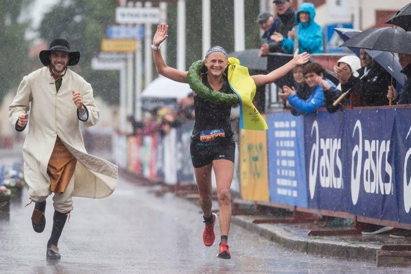 Ida Nilsson på väg mot banrekord med kransmasen Linus Rapp vid sin sida. FOTO: Vasaloppet/Henrik Hansson.