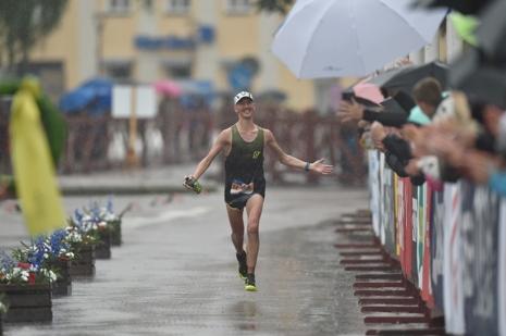 Elov Olsson med ett stort leende på läpparna med några få meter kvar till mållinjen. FOTO: Vasaloppet/Ulf Palm.