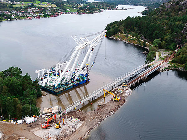 Launesbroa løftes på plass