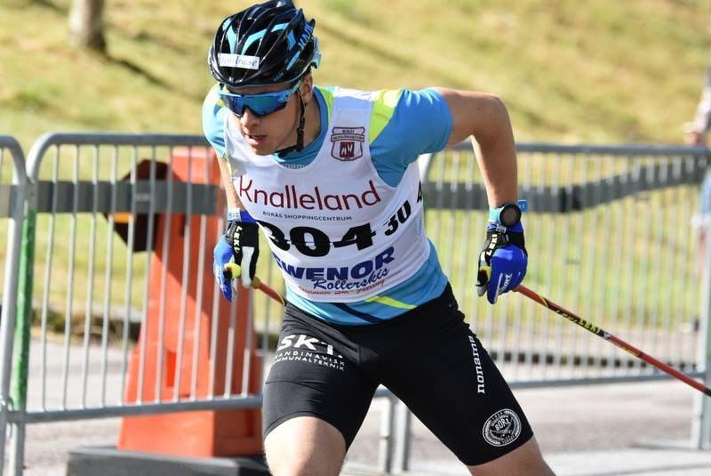 Anton Persson, SK Bore, får illustrera att rullskidvärldscupen kommer till Torsby nästa år. FOTO: Rolf Zetterberg.
