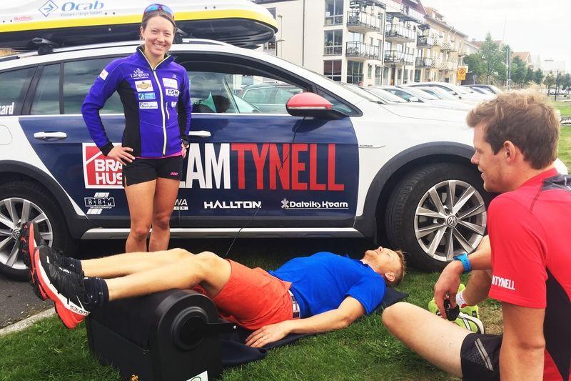 Jens Eriksson använder Z-Roller direkt efter ett träningspass under överinseende av lagkompisarna i Team Tynell: Laila Kveli och Rikard Tynell. FOTO: Signsupply Sport.