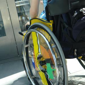 Ung mann i rullestol