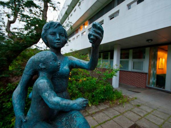 Statue ved sykehuset