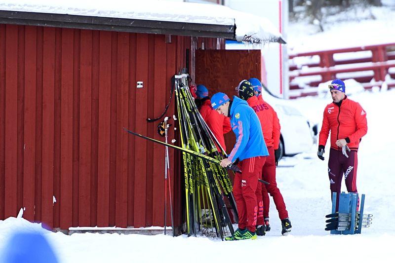 Ryska vallare arbetar under torsdagens träning inför Gällivarepremiären. FOTO: Carl Sandin/Bildbyrån.