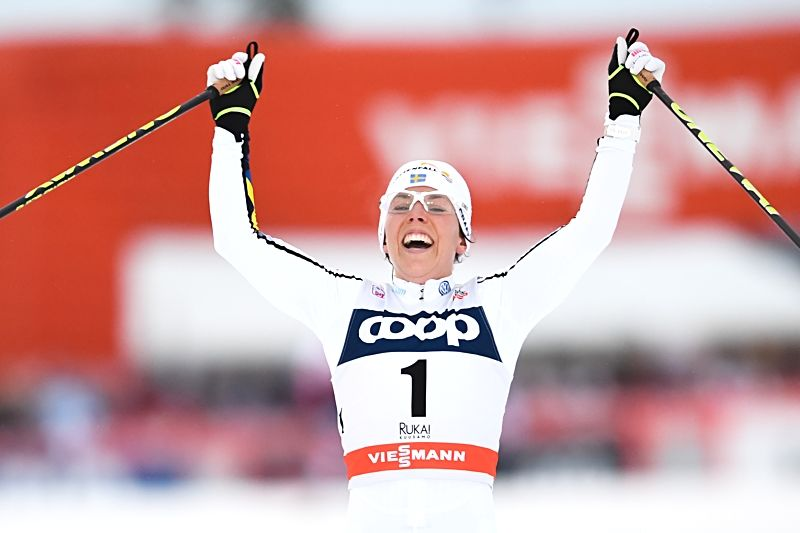 En sprudlande glad Charlotte Kalla korsar mållinjen som segrare på jaktstarten i Ruka. FOTO: Petter Arvidson/Bildbyrån.