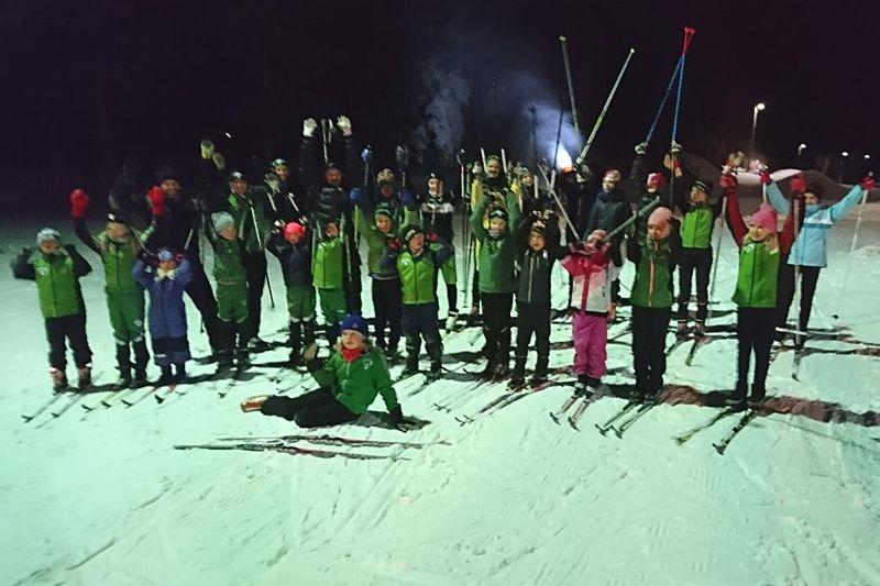 Glädje bland IK Jarls skidungdomar sedan man fått igång ett fint konstsnöspår på hemmaplan. FOTO: IK Jarl.