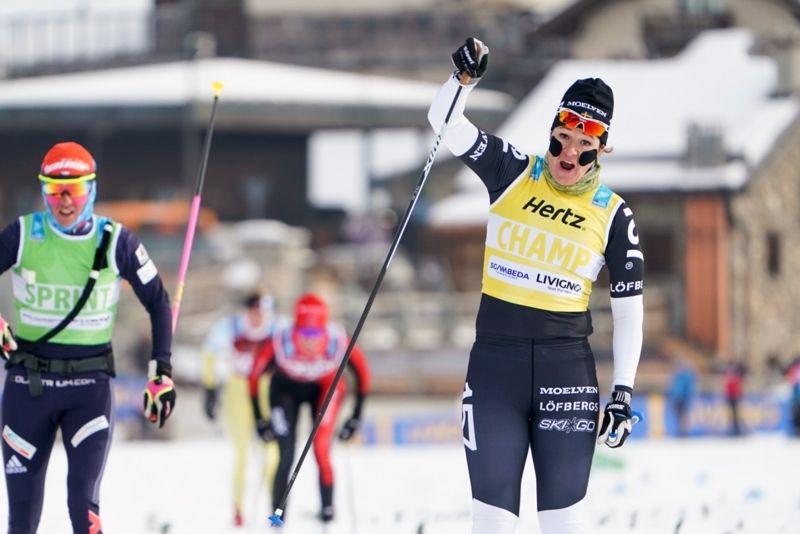Britta Johansson Norgren jublar när hon korsar mållinjen som etta i ett kylslaget Livigno på lördagsförmiddagen. FOTO: Magnus Östh.