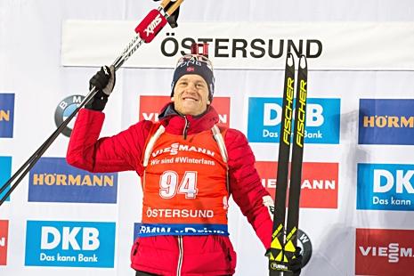 Tarjei Bö var så här glad efter första segern i världscupen sedan 2013. FOTO: Tobias Nykänen/Bildbyrån.