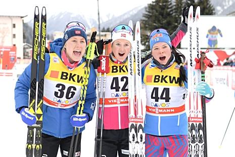 Glad topptrio i Davos. Ragnhild Haga, tvåa, Ingvild Flugstad Östberg, ett och Krista Pärmäkoski, trea. FOTO: Jon Olav Nesvold/Bildbyrån.