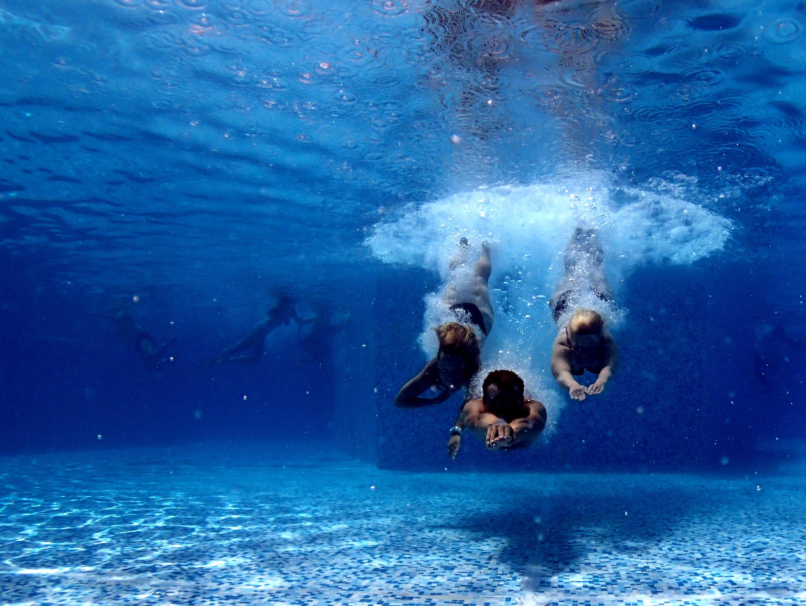 Bilder av personer under vann