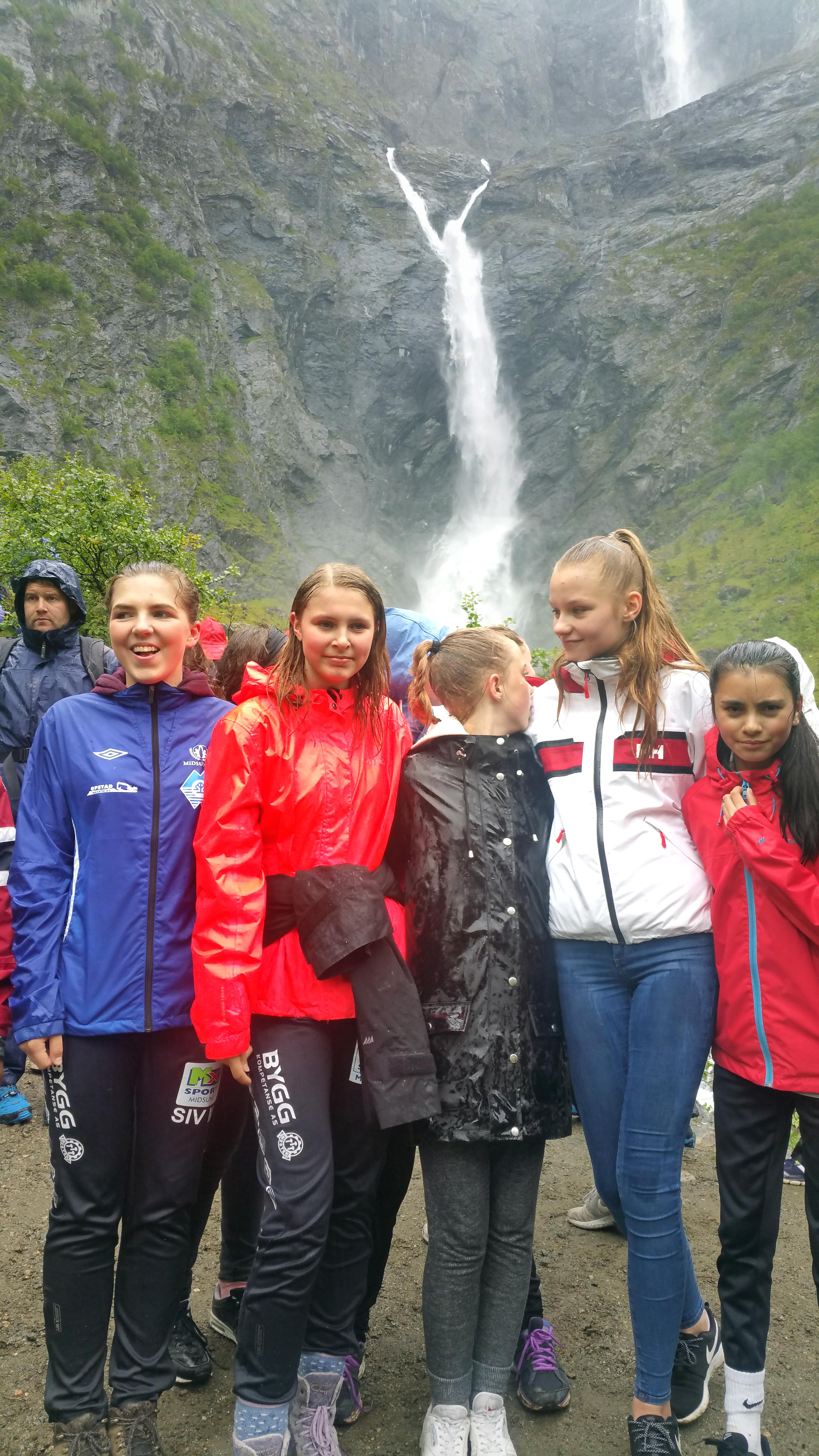 Elever fra Midsund skole blir våte under Mardalsfossen.