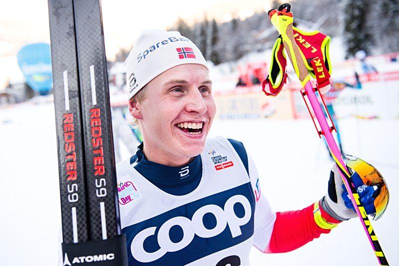 En överlycklig Simen Hegstad Krüger efter sin första seger i världscupen. FOTO: Jon Olav Nesvold/Bildbyrån.