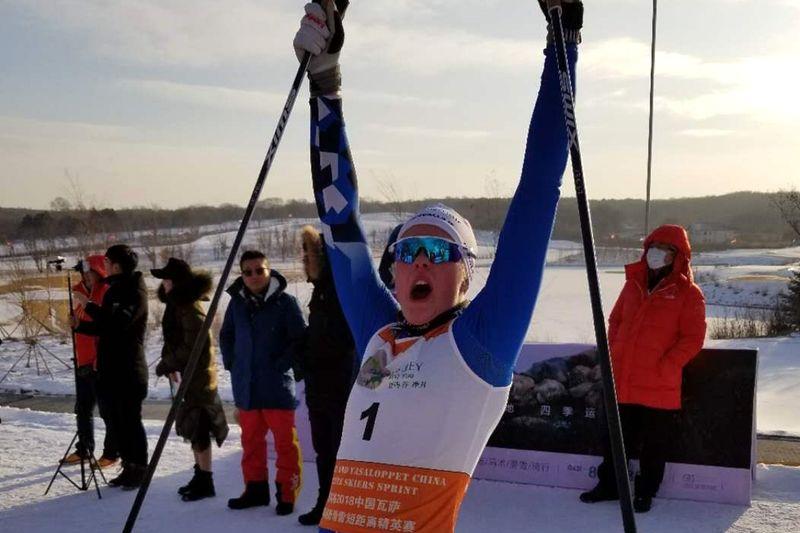 Jackline Lockner jublar efter andra raka under China Tour de Ski. FOTO: NordicWays.