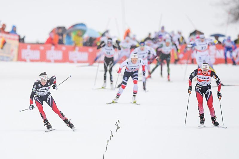 Ingvild Flugstad Östberg tog segern när Heidi Weng föll på upploppet. I bakgrunden syns Maria Nordström med nummer 27 som spurtade in som femma. FOTO: Jon Olav Nesvold/Bildbyrån.