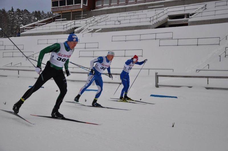 Axel Aflodal mot seger i Scandic Cup-sprinten i Östersund. Till höger trean Simon Karlsson och tvåan Gustaf Berglund. FOTO: Östersunds SK.
